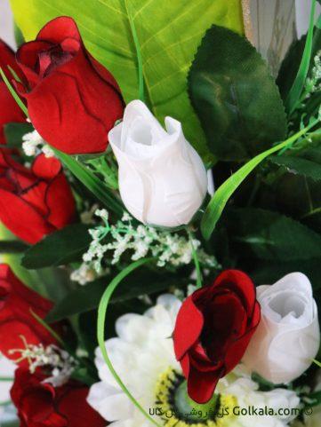 سبد گل غنچه رز و گل مارگریت سفید