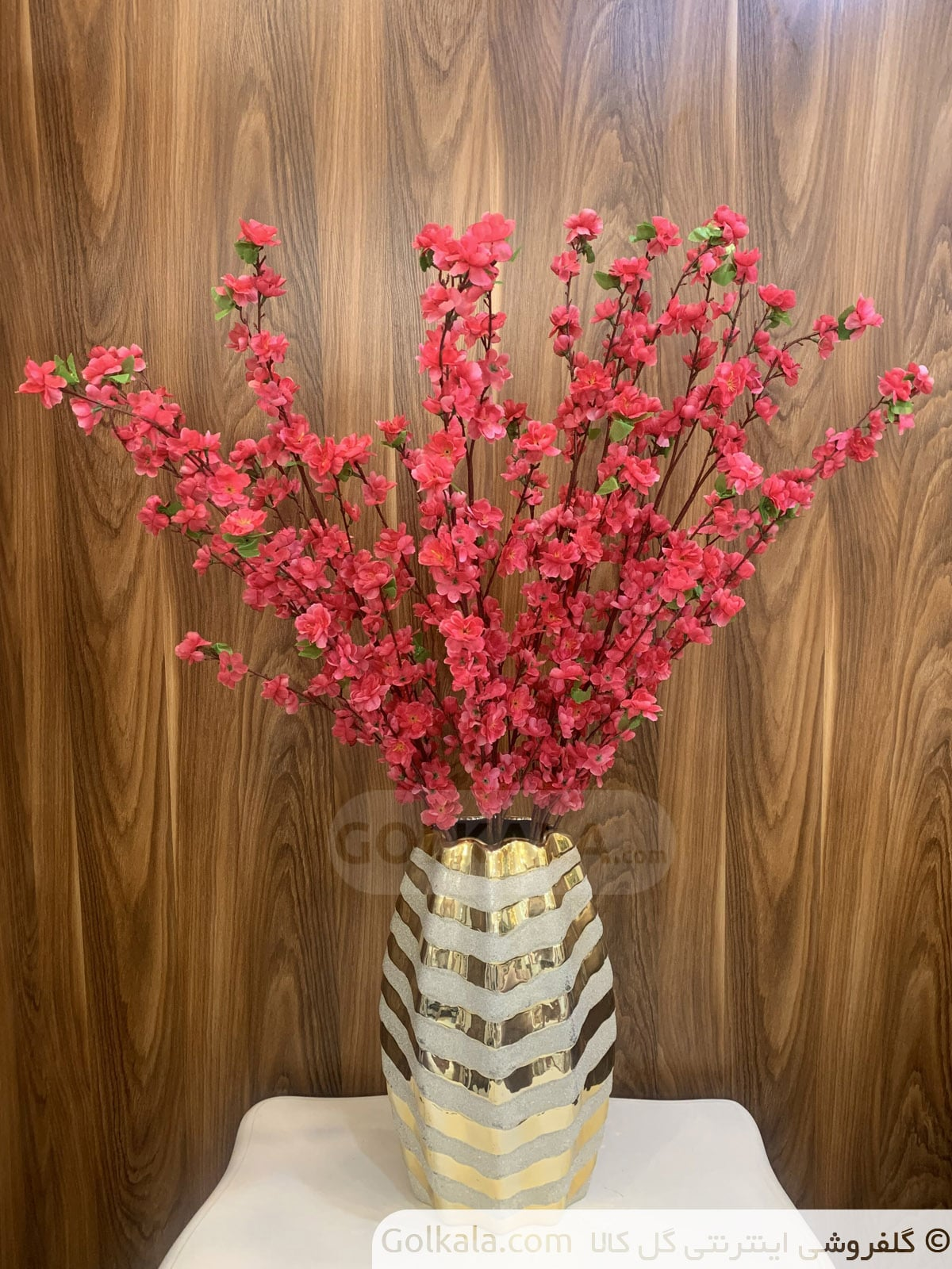 شکوفه قرمز گل کالا با پشت چوبی